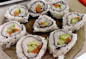 Sushi cu avocado, somon si alge