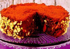 Tort_cu_ciocolata_migdale_si_curmale