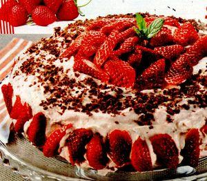 Tort_delicios_cu_ciocolata_si_capsunii