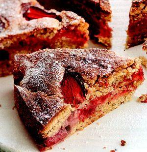 Tort_rapid_de_capsuni_cu_migdale_si_scortisoara