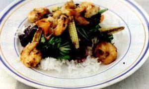 Mancare_asiatica_cu_creveti_orez_si_legume