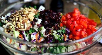 Salata cu nuci, migdale si stafide