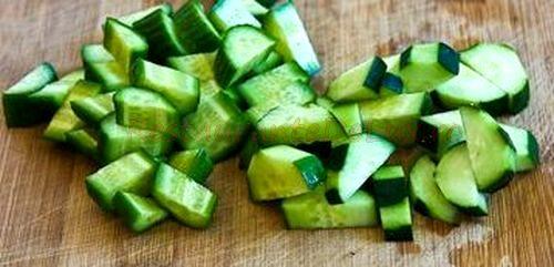 Salata de rosii cu avocado si castraveti