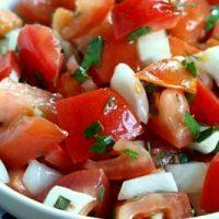 Salata de rosii cu busuioc, patrunjel si marar