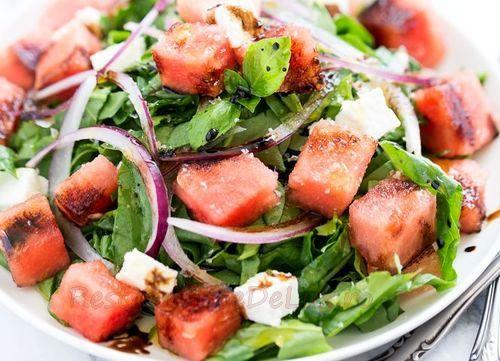 Salata de spanac cu pepene si ceapa rosie