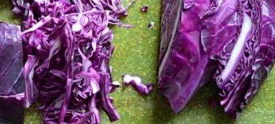 Salata de varza rosie cu crenvusti