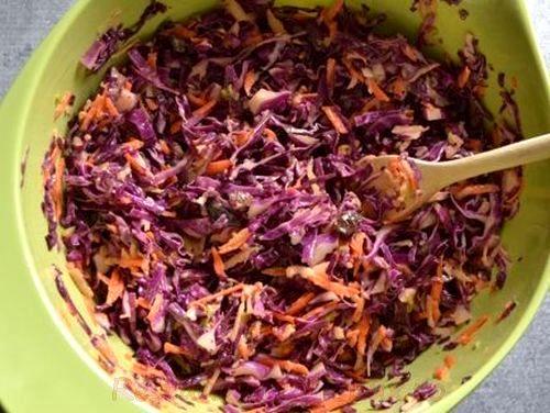 Salată de varză roşie cu măr şi capere