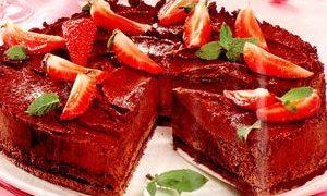 Tort_de_ciocolata_cu_iaurt_si_capsuni