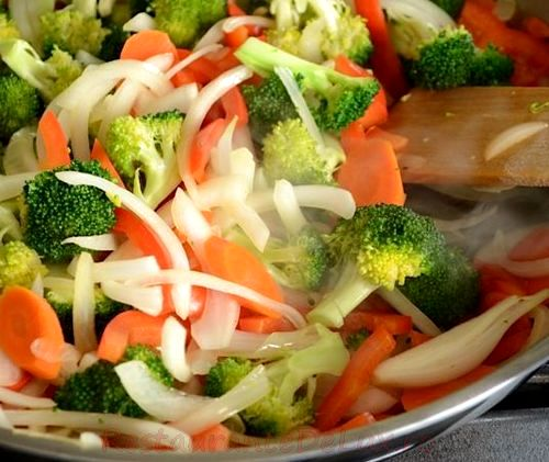 Mix de legume la tigaie pe pat de orez