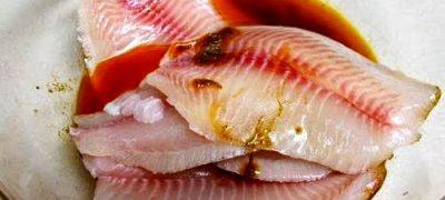 Peşte înăbuşit în sos de legume şi verdeţuri