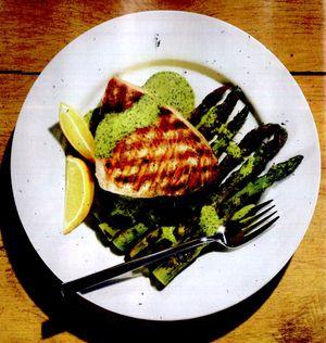 Peşte la grătar cu tocănită de fasole verde