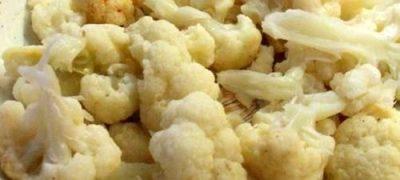 Piept de pui cu conopidă si garnitură de cartofi natur din: piept de pui, conopida, ceapa, ulei, condimente, sare, piper, usturoi, smantana