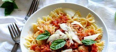 Paste cu pui şi sos tomat