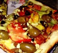 Pizza_cu_sunca_legume_si_flori_de_dovlecel