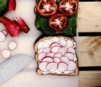 Sandviciuri cu friptură şi sos de ceapă verde