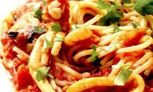 Spagheta cu oua, branza si sos de rosii