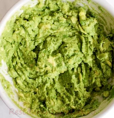 Bruschete cu avocado si fructe de mare