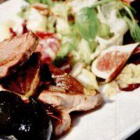 Porc_cu_smochine_si_salata_cu_ulei_de_nuca