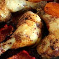 Pulpe de pui cu legume, caise confiate si miez de nuca