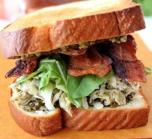 Sandwich cu omleta si bacon