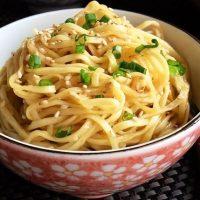 Noodles cu seminte de susan
