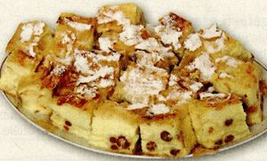 Plăcintă cu stafide, sos de miere si friscă