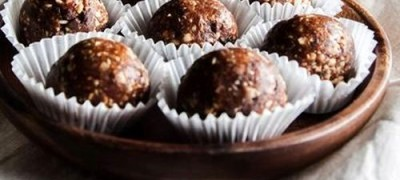 Prajiturele_de_ciocolata_cu_alune_si_curmale_04