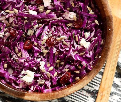 Salată de varză roşie cu ananas proaspăt