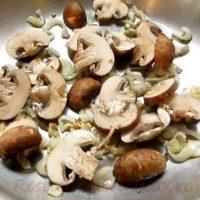 Ciuperci la cuptor cu piure şi sos de cimbru