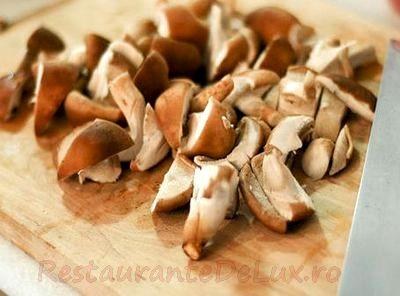 Ciuperci salbatice la tigaiecu usturoi