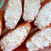 Bruschete cu branza Camembert si pere