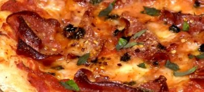 Cum_se_prepara_Pizza_picanta_cu_salam_si_parmezan