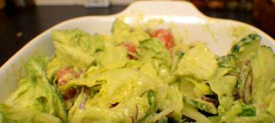Cum_se_prepara_Salata_de_vara_cu_sos_de_avocado