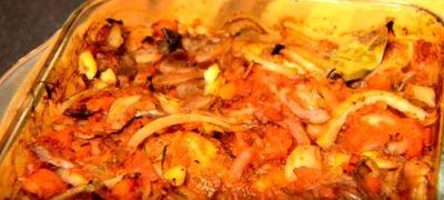 Mămăliguţă cu pui şi ciuperci în sos de roşii