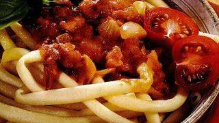 Macaroane cu sos de ceapa
