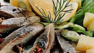 Platou cu hering marinat si cartofi