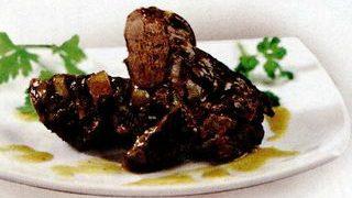 Pulpa de berbec cu garnitura de budinca de macaroane cu sos alb, sunca si cascaval, morcovi si mazare fierte si date in unt