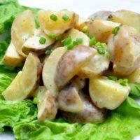 Salata de cartofi cu sos de mustar si verdeata