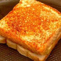 Sandwich cald cu parizer
