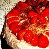 Tort de ciocolata cu capsune