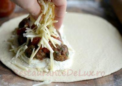 Pizza_calzone_cu_chiftele_07