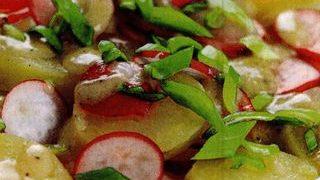 Salata de cartofi noi cu ridichi si ceapa