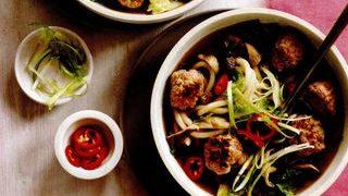 Chiftele picante de porc cu supa cu taietei