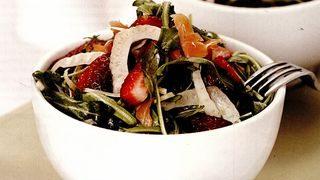 Salata cu somon, capsuni si fenicul