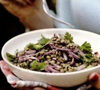 Salată de linte aromată cu lămâie şi legume