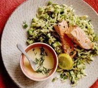 Salata de paste orzo cu castraveti, marar si somon