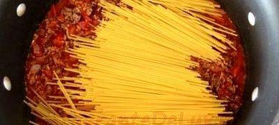 Spaghete cu sos de ciuperci si rosii