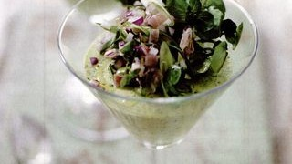 Spuma de sparanghel cu sunca si salata de ceapa rosie