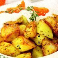 Cartofi la cuptor cu carnati afumati
