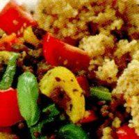 Cus cus cu legume si carne de oaie din: carne de oaie, ulei, ardei, morcovi, napi, castraveti, praz, rosii, apa, sare, piper, ceapa, zahar pudra, coriandru, naut, gris, usturoi, stafide, chimen, boia iute, ghimbir, sofran.